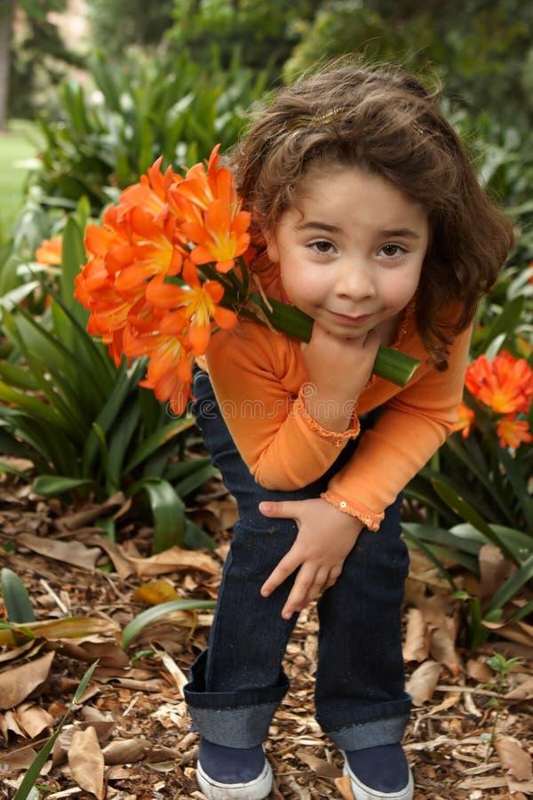 Junges Mädchen mit einem Bündel Lilien stockbilder