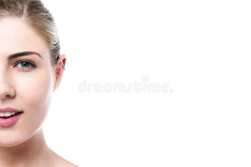 Junges Mädchen mit einem durchbohrten Ohr stockbild