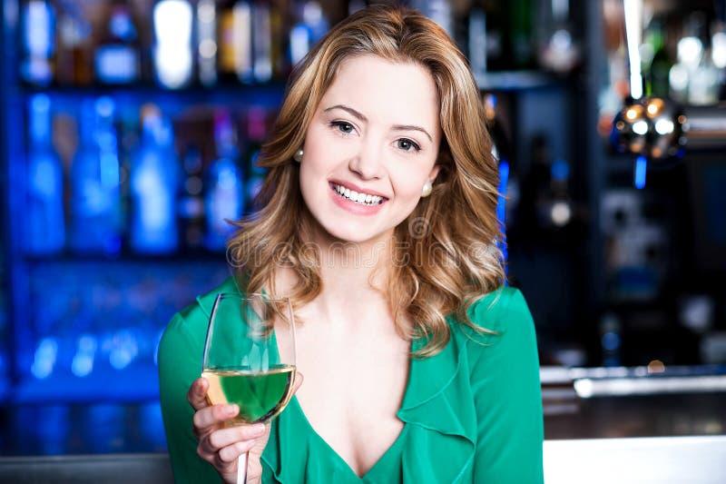 Junges Mädchen mit einem Glas Champagner stockbilder