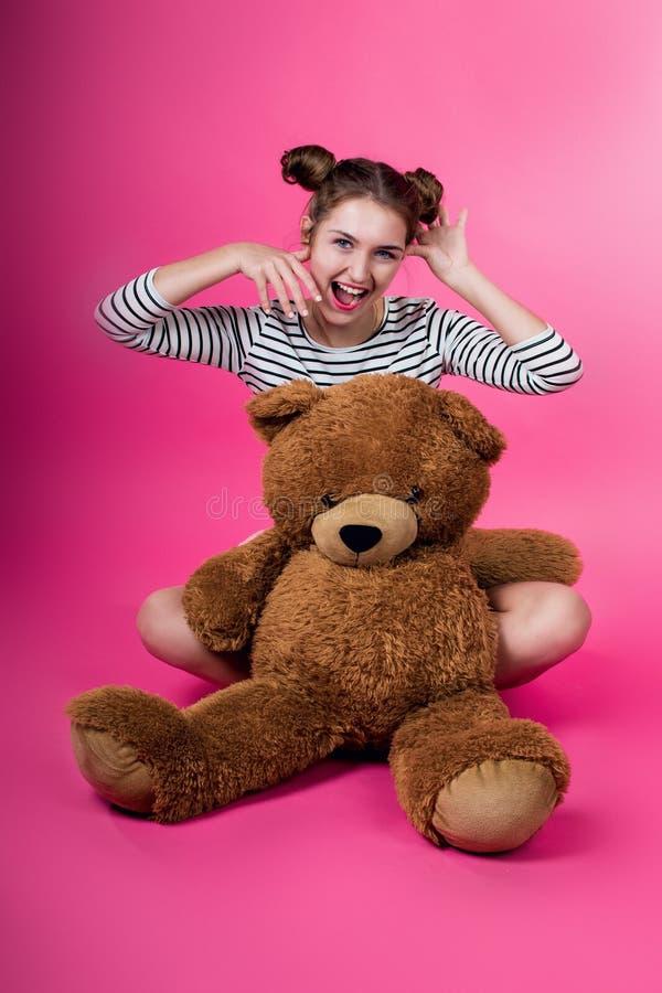 Junges Mädchen mit einem Plüschspielzeug lizenzfreie stockbilder
