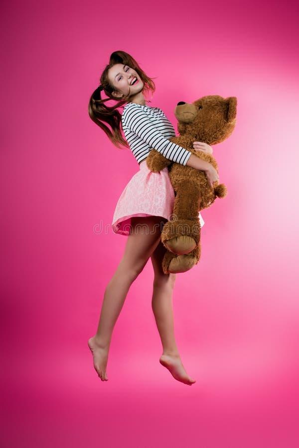 Junges Mädchen mit einem Plüschspielzeug stockbild
