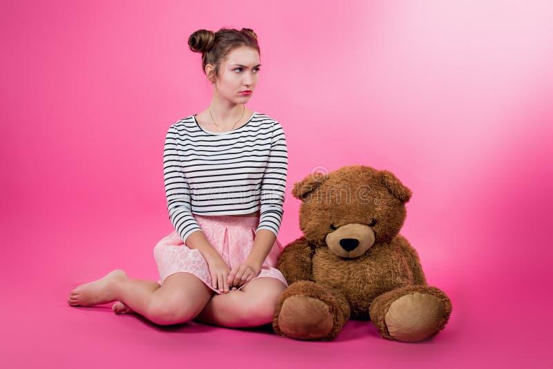 Junges Mädchen mit einem Plüschspielzeug stockfoto