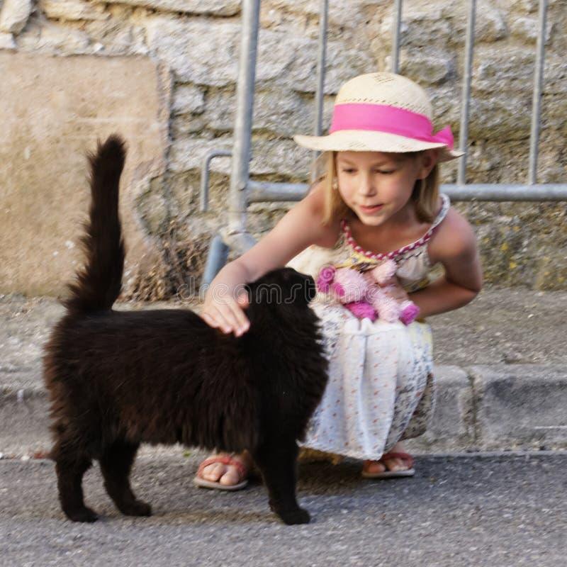 Junges Mädchen mit einer schwarzen Katze stockfoto