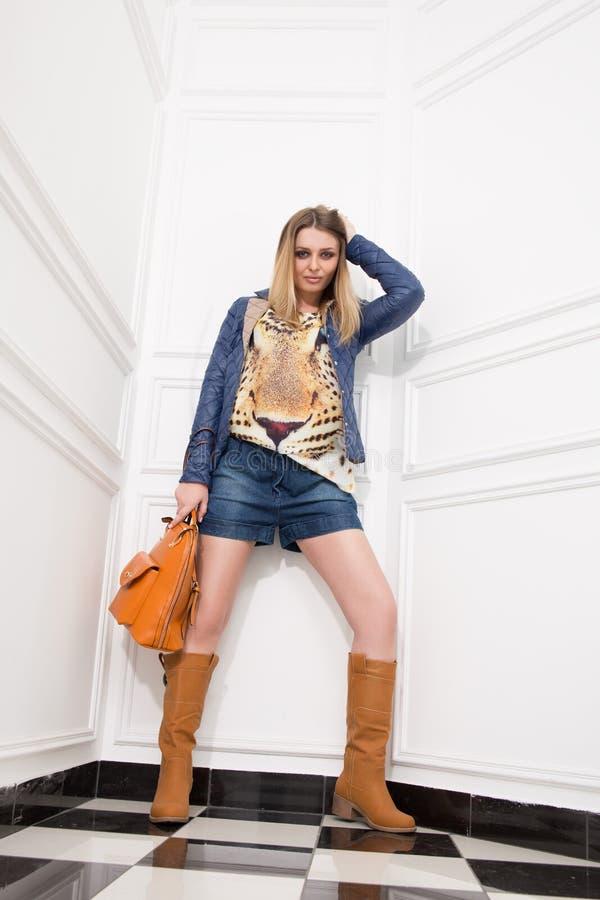 Junges Mädchen mit einer Tasche stockbilder