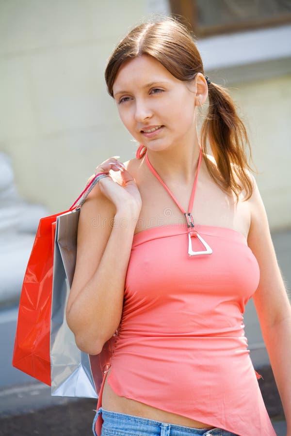 Junges Mädchen mit Einkaufenbeuteln stockfoto