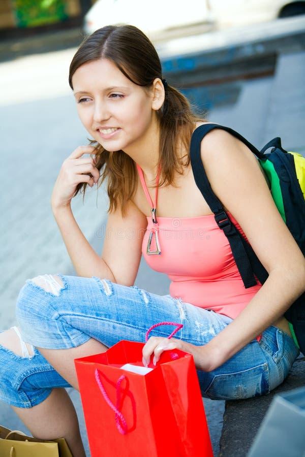 Junges Mädchen mit Einkaufenbeuteln lizenzfreie stockbilder