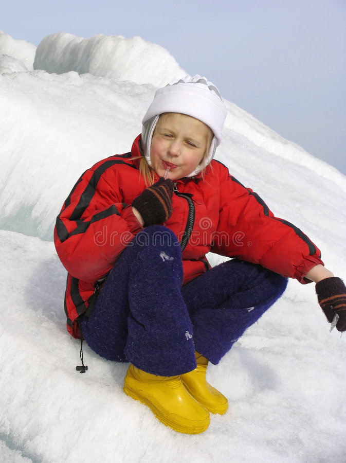 Junges Mädchen mit Eiszapfen stockfotos