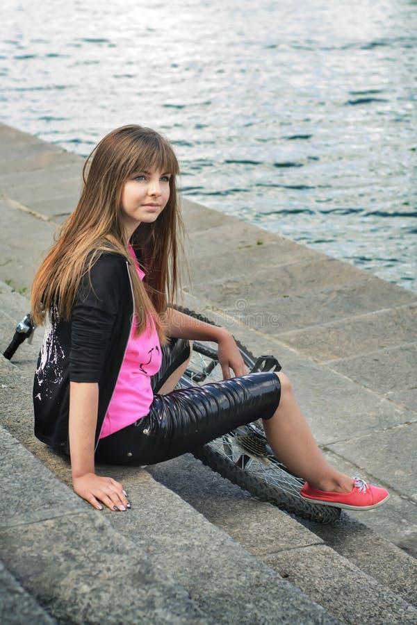 Junges Mädchen mit Fahrrad lizenzfreies stockfoto