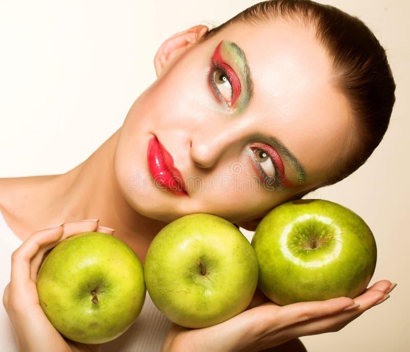 Junges Mädchen mit frischen drei grünen Äpfeln stockfotografie