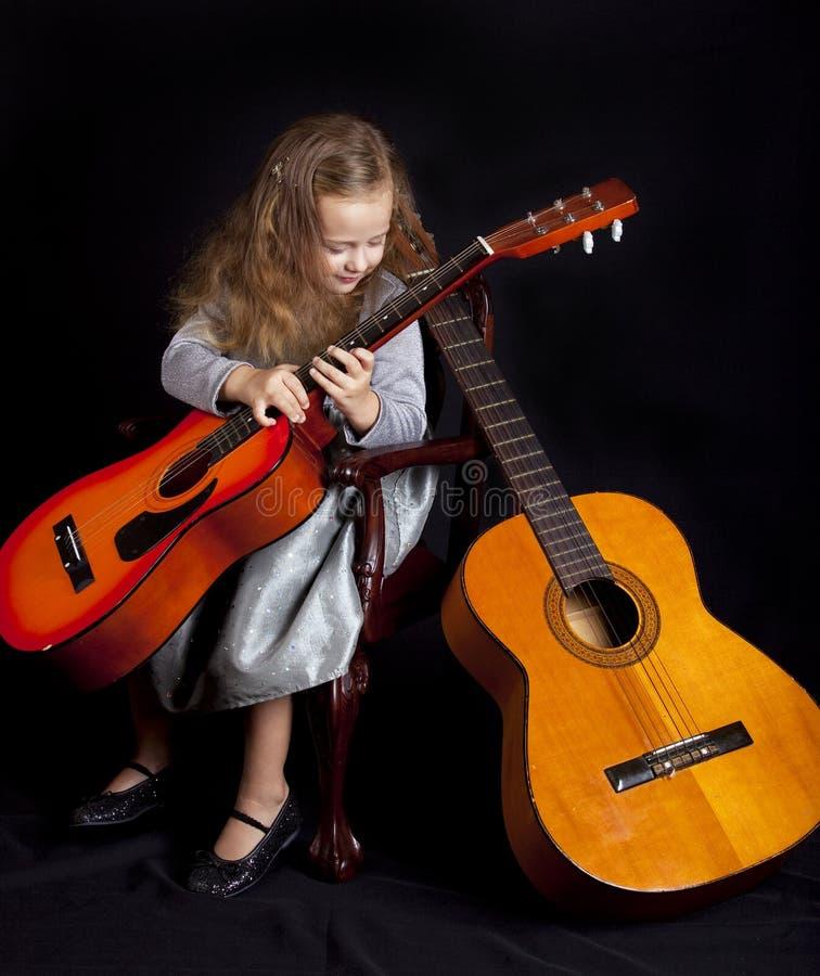 Junges Mädchen mit Gitarren lizenzfreies stockfoto