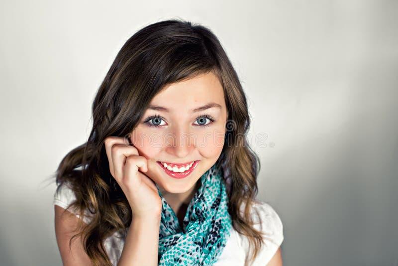 Junges Mädchen mit großem Lächeln lizenzfreie stockfotografie