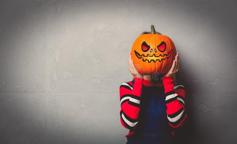 Junges Mädchen mit Halloween-Kürbis stockfotografie