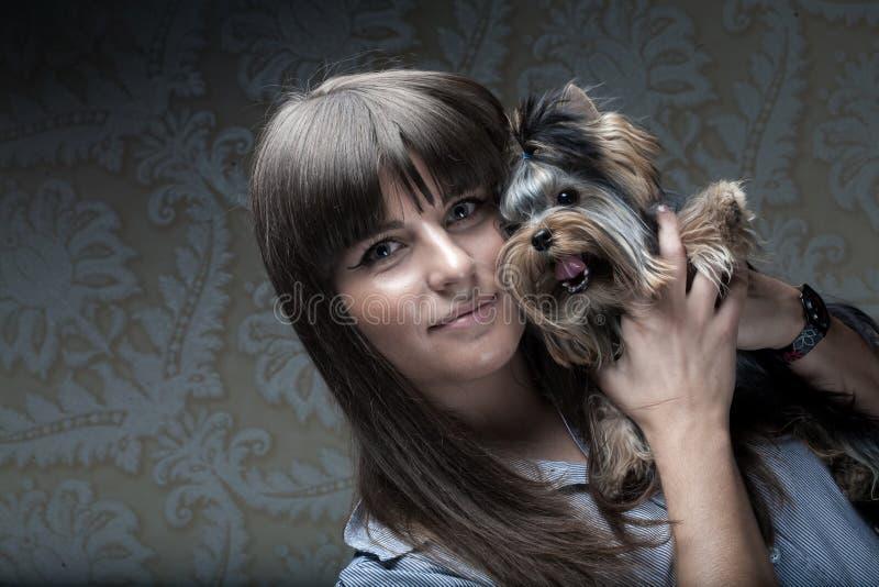 Junges Mädchen mit ihrem Yorkie Welpen lizenzfreies stockbild