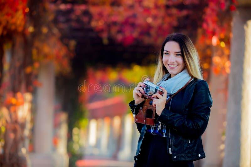 Junges Mädchen mit Kamera an der Gasse stockbilder