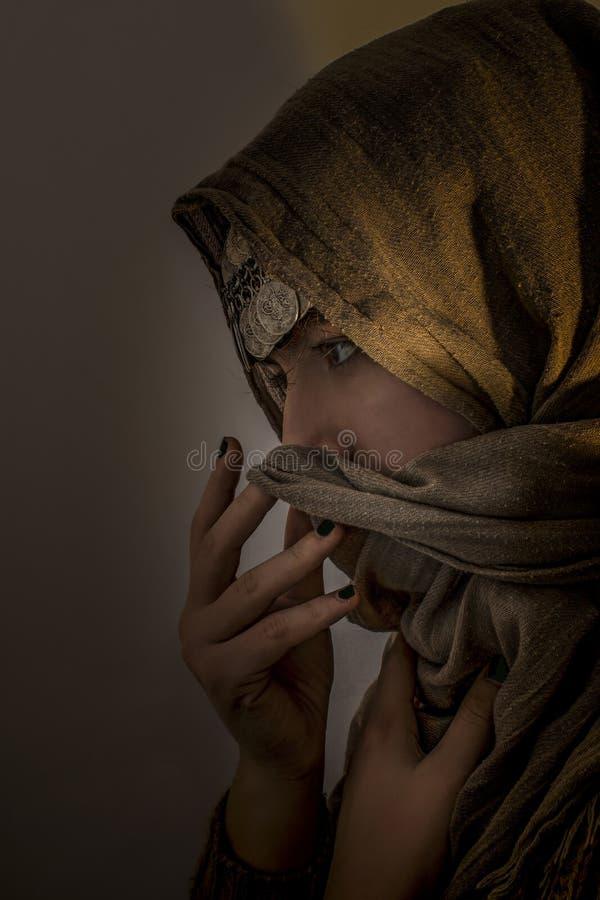Junges Mädchen mit Kopftuch- und Münzenschmuck auf seinem Kopf lizenzfreie stockfotos