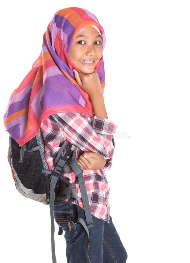 Junges Mädchen mit Kopftuch und Rucksack VII stockfoto