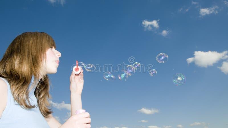 Junges Mädchen mit Luftblasen lizenzfreies stockbild