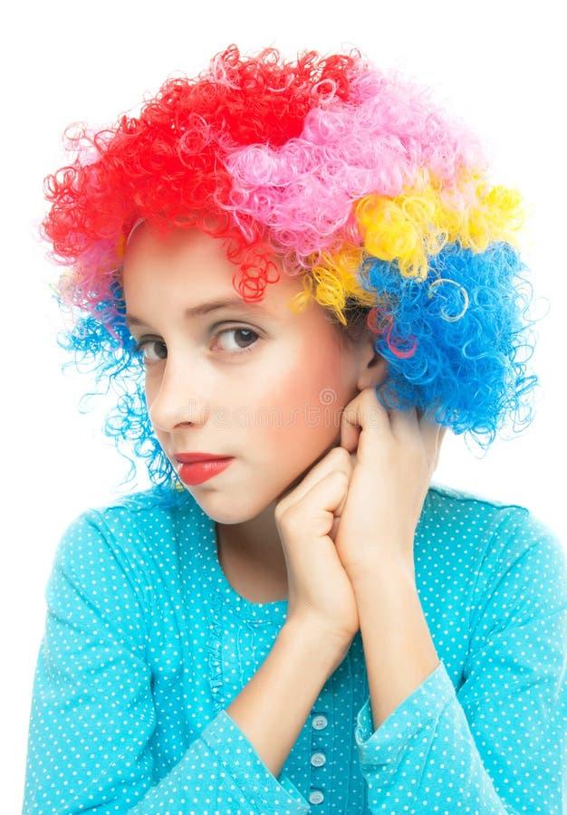 Junges Mädchen mit Partyperücke stockbilder