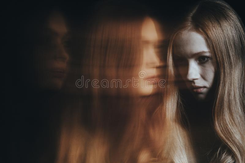 Junges Mädchen mit psychiatrischem Problem lizenzfreies stockbild