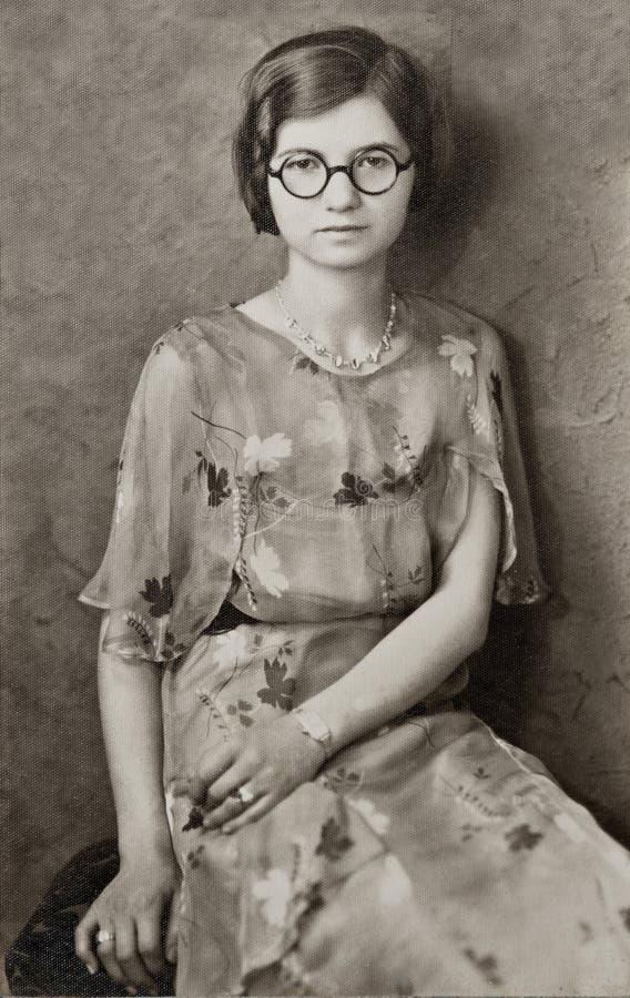 Junges Mädchen mit runden Gläsern lizenzfreies stockbild