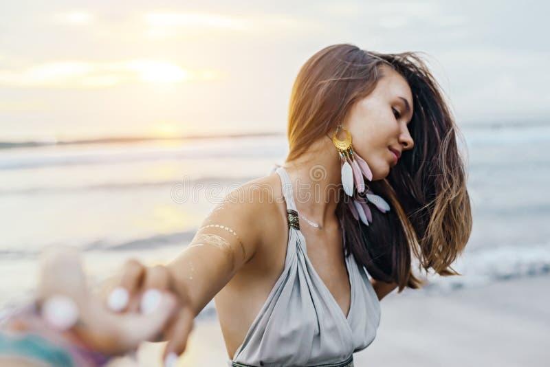 Junges Mädchen mit silbernem Tätowierungs- und bohoschmuck auf Sonnenuntergang lizenzfreie stockfotos
