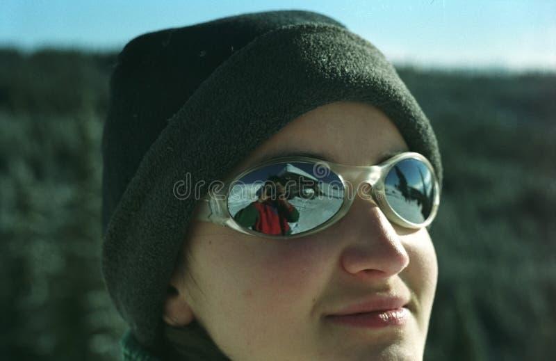 Junges Mädchen mit Sonnenbrillen stockfotos