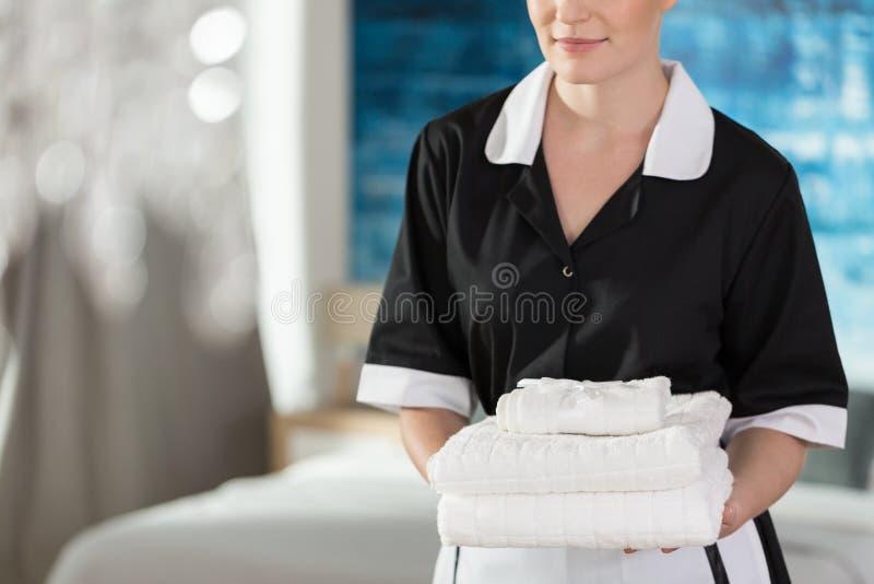 Junges Mädchen mit Tüchern stockfotos