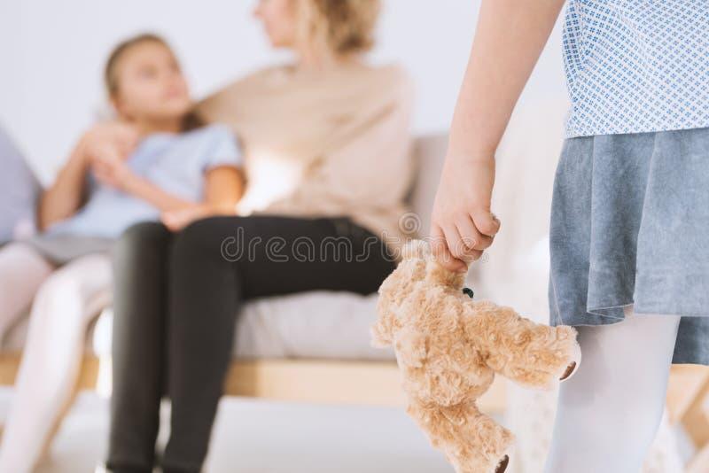 Junges Mädchen mit Teddybären lizenzfreie stockfotos