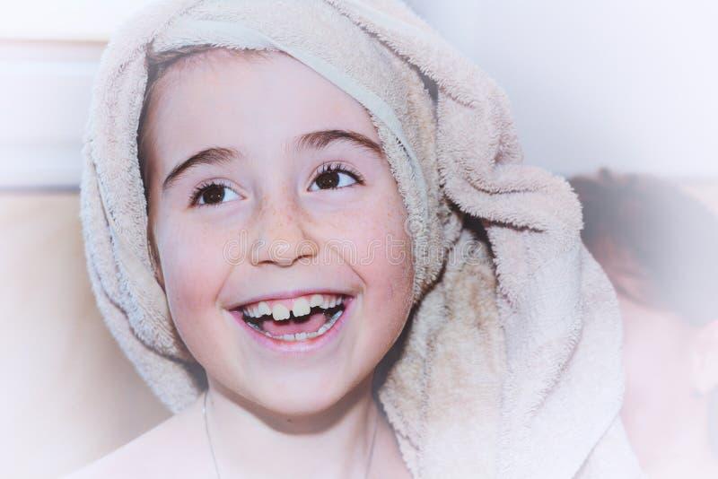 Junges Mädchen mit Tuch auf Kopf stockfotografie