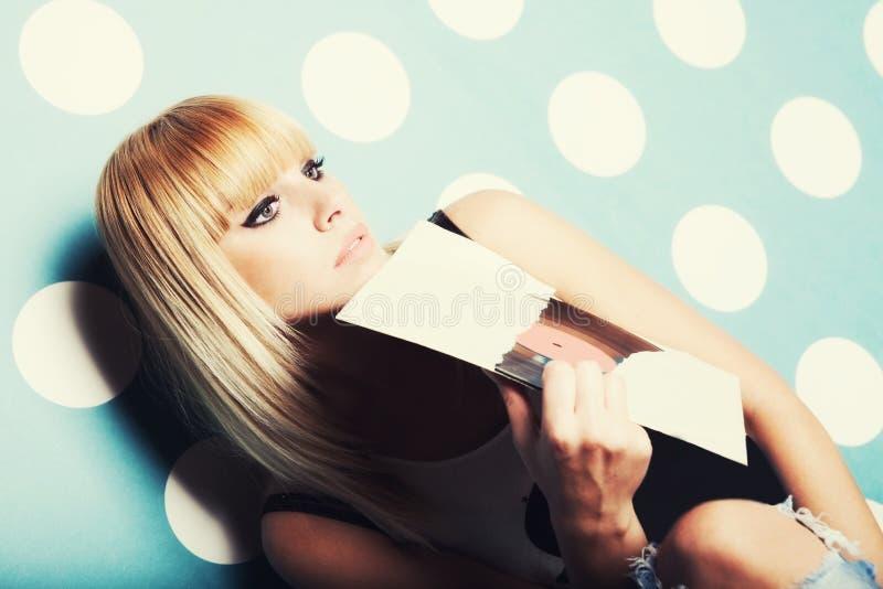 Junges Mädchen mit Vinyl lizenzfreie stockfotos