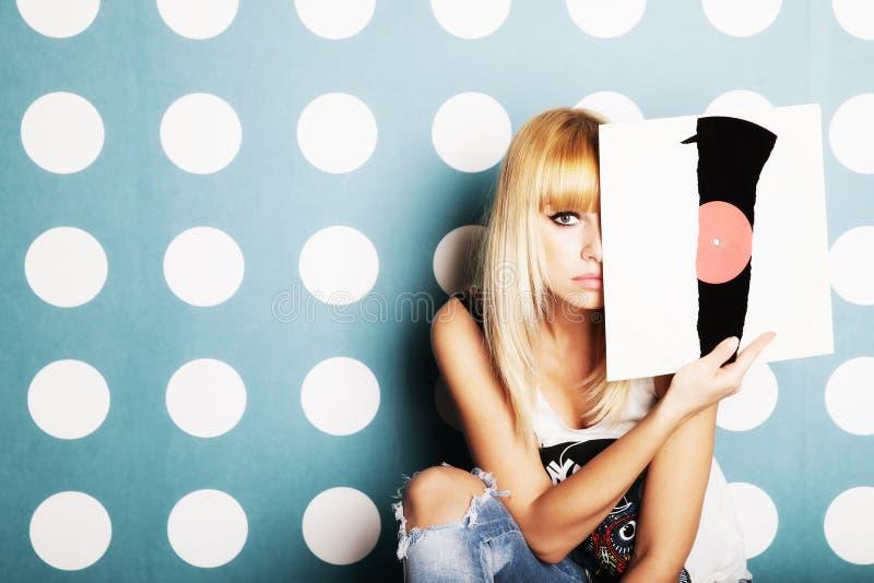 Junges Mädchen mit Vinylaufzeichnungen in den Händen stockfotografie