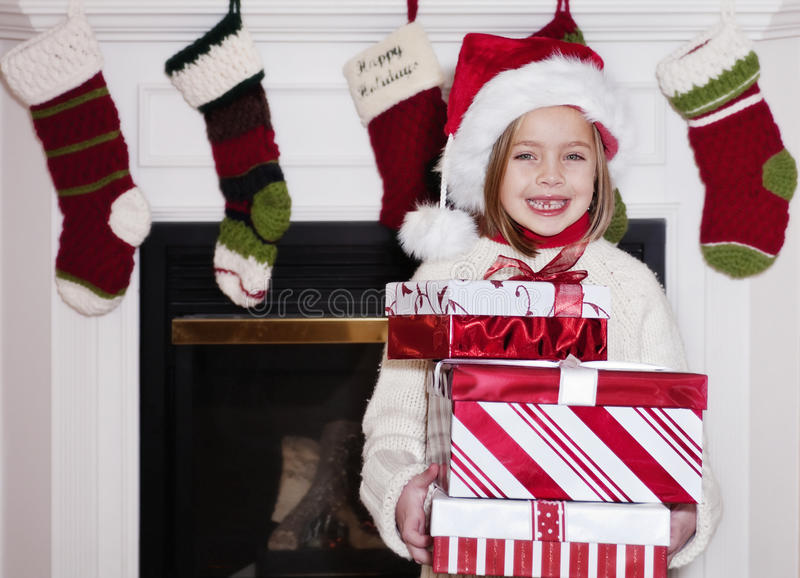 Junges Mädchen mit Weihnachtsgeschenken lizenzfreies stockfoto