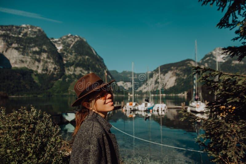 Junges Mädchen nahe dem Dock, das Natur betrachtet stockbilder