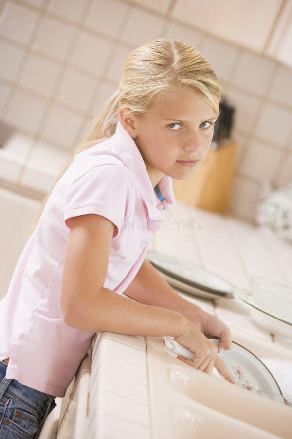 Junges Mädchen-Reinigungs-Teller stockfotografie