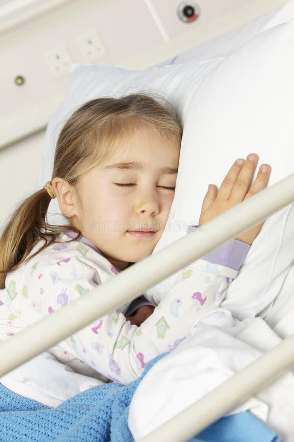 Junges Mädchen, Das Im Krankenhaus-Bett Stillsteht