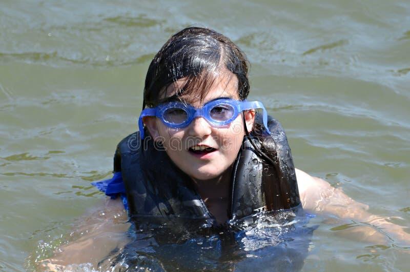 Junges Mädchen-Schwimmen stockbilder