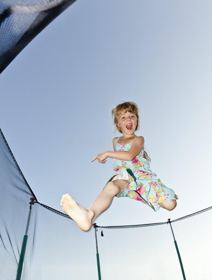 Junges Mädchen springen stockbilder