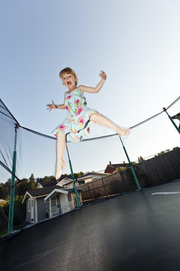 Junges Mädchen springen lizenzfreie stockfotos