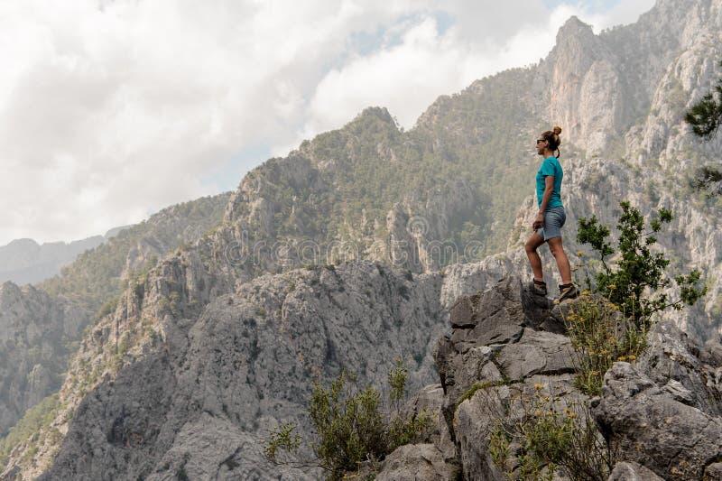 Junges Mädchen steht an der Spitze des Berges lizenzfreies stockbild