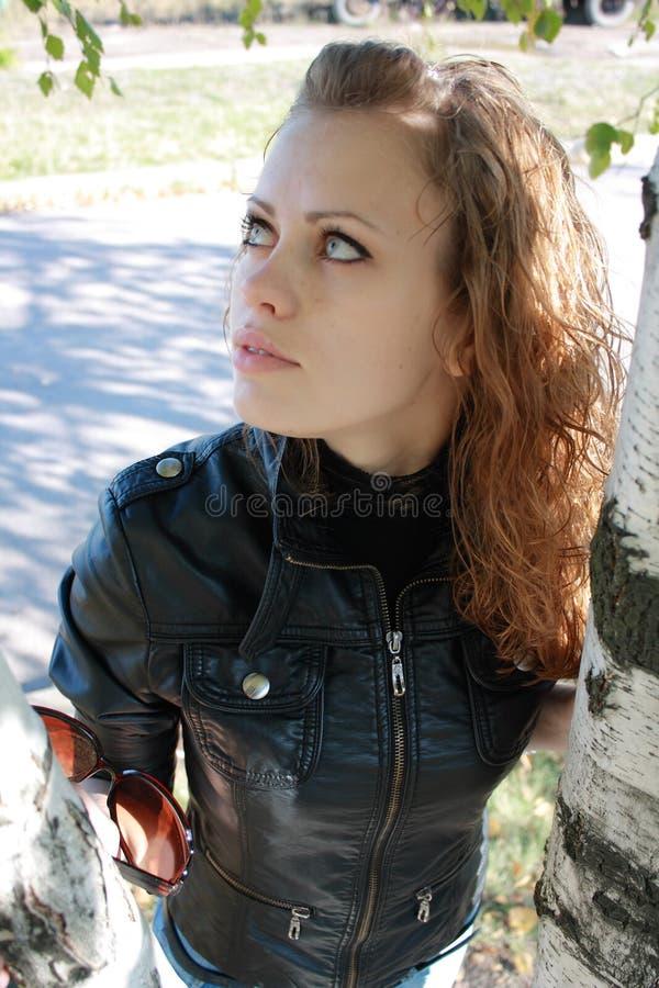 Junges Mädchen und Baum lizenzfreie stockbilder