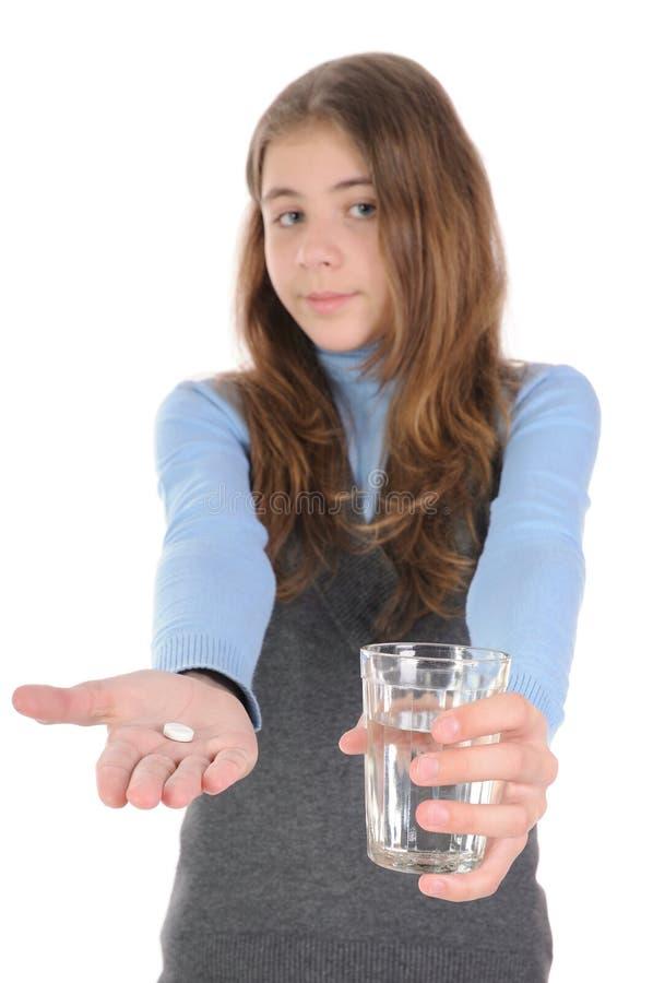 Junges Mädchen und eine Pille lizenzfreies stockfoto