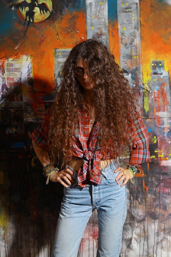 Junges Mädchen und Graffiti lizenzfreie stockbilder