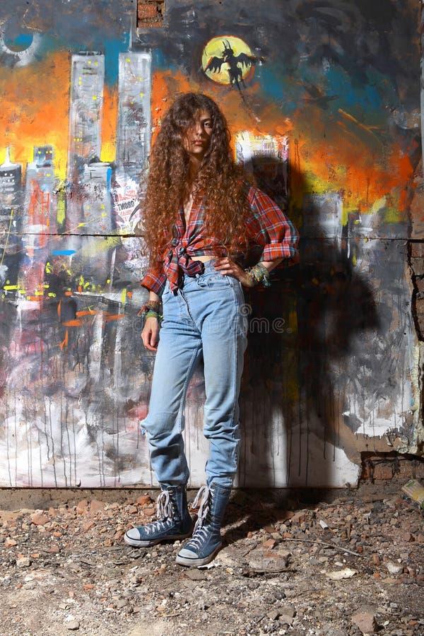 Junges Mädchen und Graffiti lizenzfreies stockbild