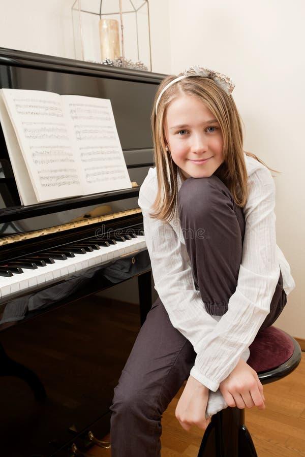 Junges Mädchen und ihr Klavier stockfotos