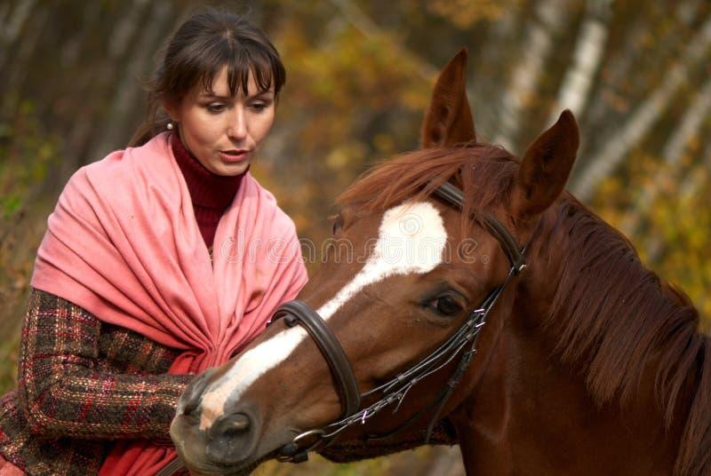 Junges Mädchen und ihr Pferd stockbilder