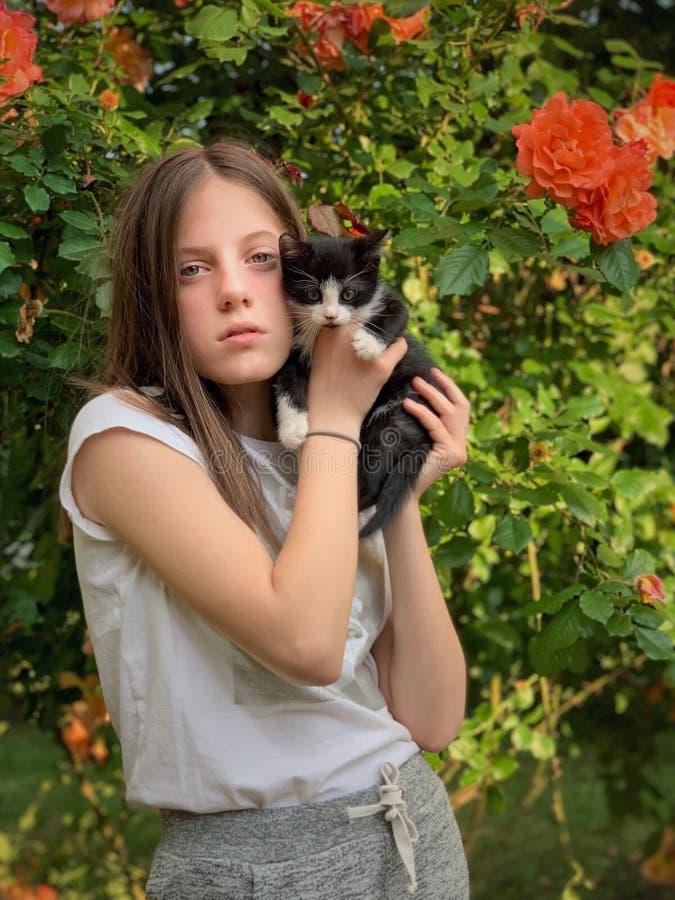 Junges Mädchen und ihre Miezekatze stockfotografie