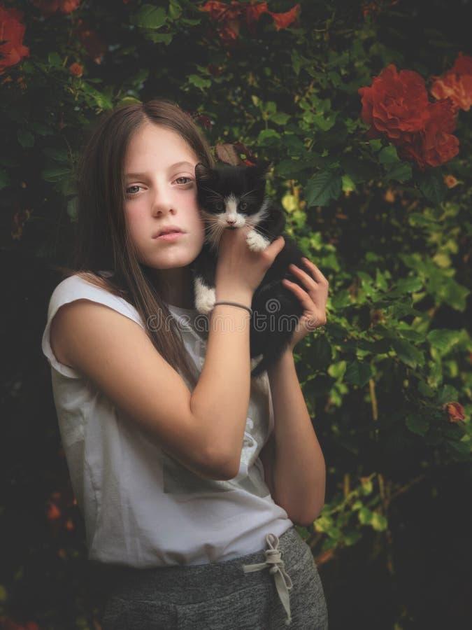 Junges Mädchen und ihre Miezekatze stockbilder