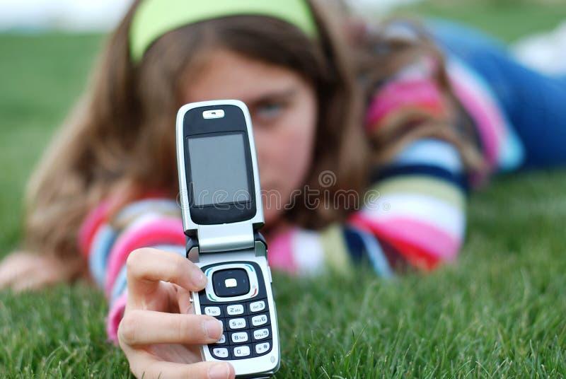 Junges Mädchen und Mobiltelefon lizenzfreie stockfotografie