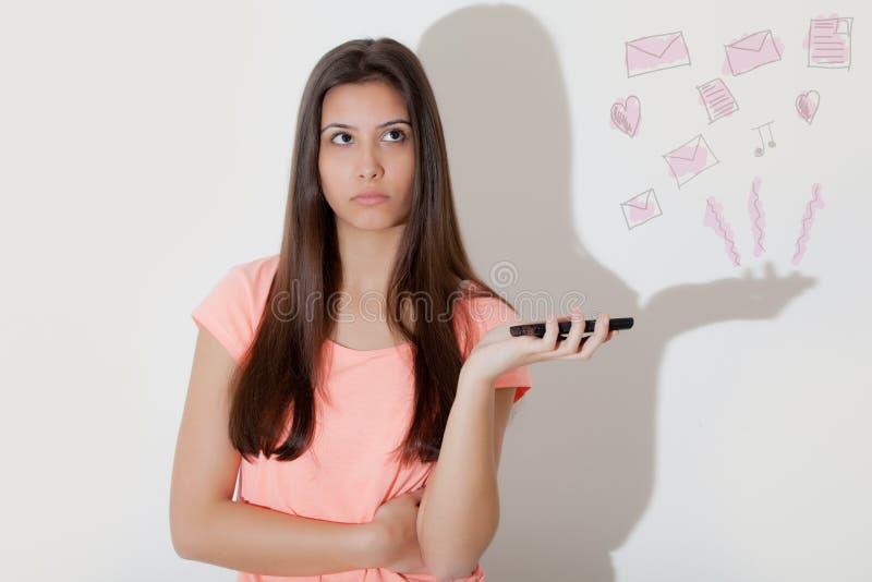 Junges Mädchen und Telefon stockfotos
