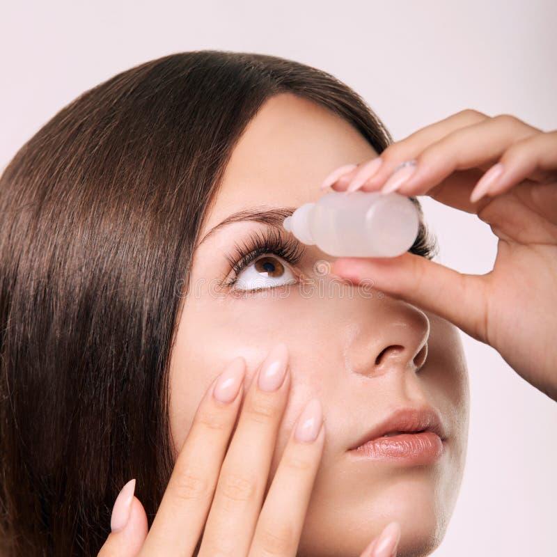 Junges Mädchen unter Verwendung der Augentropfen Glaukomwiederaufnahme lizenzfreie stockfotos